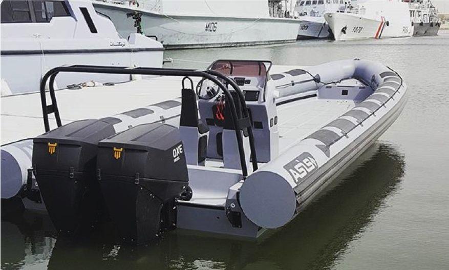 使用双OXE柴油舷外机的船